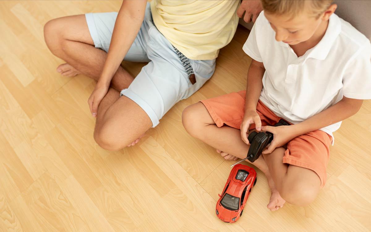 criança com carro telecomandado