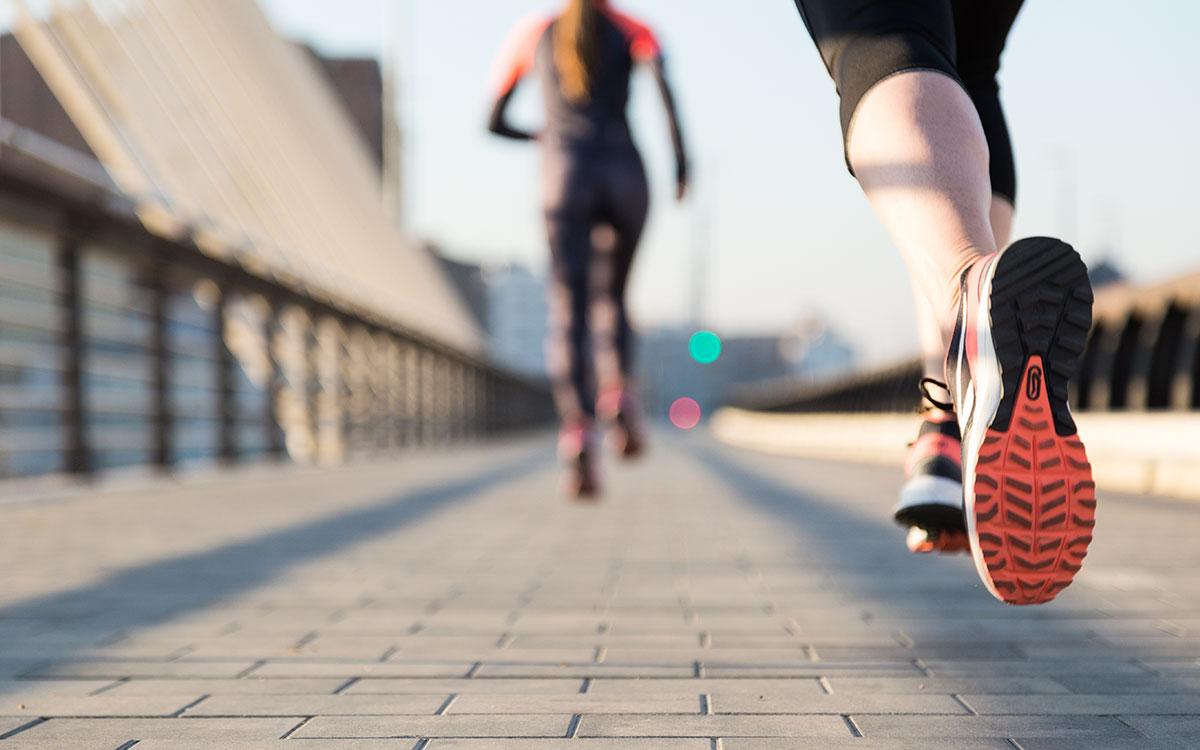 atleta a correr na estrada